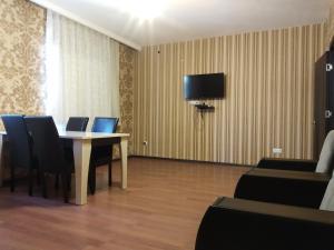 Uma TV ou centro de entretenimento em Villa Ahmad