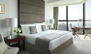 سرير أو أسرّة في غرفة في باب القصر