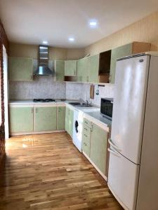 A cozinha ou cozinha compacta de Nizami Street 41D