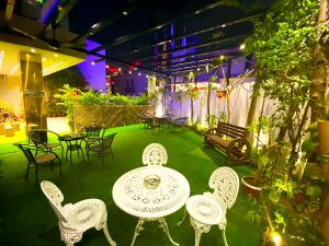 A restaurant or other place to eat at Rose Palace Hotel, Gulberg