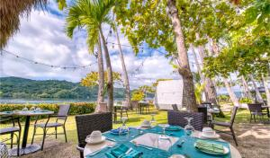 A restaurant or other place to eat at Isla Chiquita Glamping Hotel