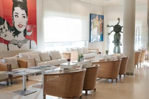 A restaurant or other place to eat at Hotel Neptuno