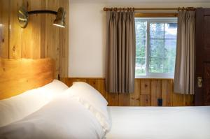 A bed or beds in a room at Pine Bungalows