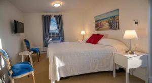 Кровать или кровати в номере Telegraph House Motel
