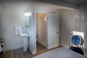 Ванная комната в Telegraph House Motel