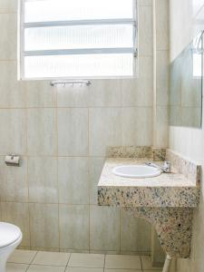 A bathroom at OYO Hotel Lindoia