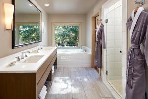 A bathroom at L'Auberge De Sedona