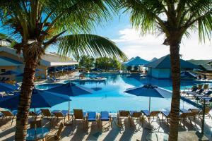 A piscina localizada em Infinity Blue Resort & Spa ou nos arredores