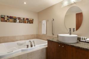Ванная комната в Embassy Suites by Hilton - Montreal