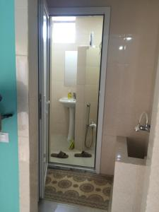 Um banheiro em Room at a Villa