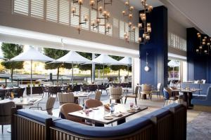 A restaurant or other place to eat at The Ritz-Carlton, Perth