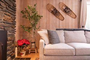 A seating area at Classic Stowe Ski Chalet chalet