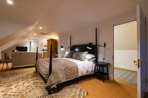 A bed or beds in a room at Fairview House