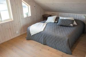 A bed or beds in a room at Everts Sjöbods Bed & Breakfast