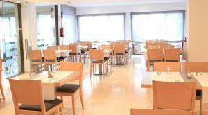 Een restaurant of ander eetgelegenheid bij Hotel Garbi Park & AquaSplash