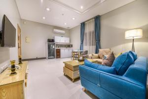 Uma área de estar em Amar hotel apartments