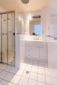 A bathroom at Caravilla Motor Inn