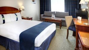 A bed or beds in a room at Holiday Inn Aylesbury, an IHG Hotel