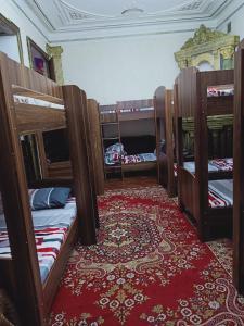 Uma ou mais camas em beliche em um quarto em Friendz Hostel
