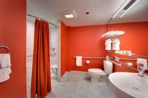 A bathroom at Hotel Murano