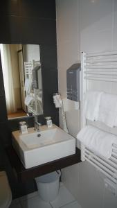 A bathroom at Hotel De La Rade
