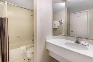 A bathroom at La Quinta Inn by Wyndham Amarillo West Medical Center
