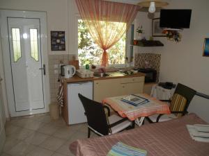 A kitchen or kitchenette at Villa Verde Apart-Hotel