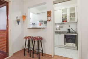 A kitchen or kitchenette at Apartamento completo em bairro nobre - c/ garagem