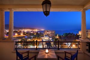 A balcony or terrace at Mövenpick Resort & Residences Aqaba