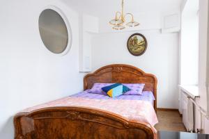 Кровать или кровати в номере RentalSPb Altayskaya Apartments