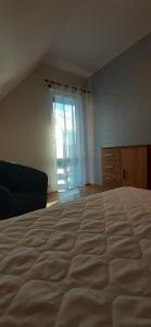 Łóżko lub łóżka w pokoju w obiekcie Domek Rokitki