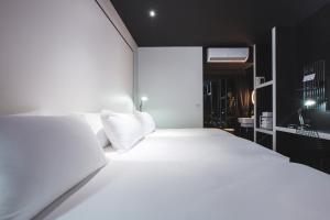 سرير أو أسرّة في غرفة في Blu Monkey Hub and Hotel Phuket