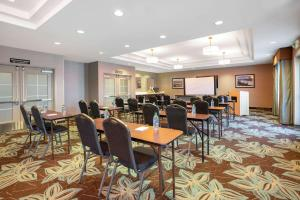 A restaurant or other place to eat at La Quinta by Wyndham Bellingham