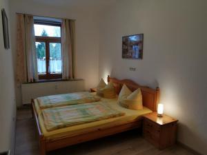 """Ein Bett oder Betten in einem Zimmer der Unterkunft Ferienwohnung """"Zur Kleinbahn"""""""