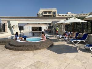 Бассейн в Mövenpick Resort & Residences Aqaba или поблизости