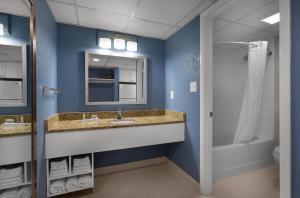 A bathroom at Dayton House Resort