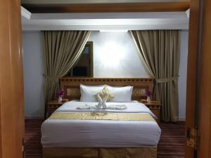 سرير أو أسرّة في غرفة في فندق رهف المشاعر