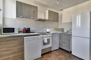 A kitchen or kitchenette at NOCNOC - Le Petit-Colbert
