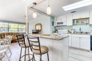 A kitchen or kitchenette at Beach Cottage on Jones