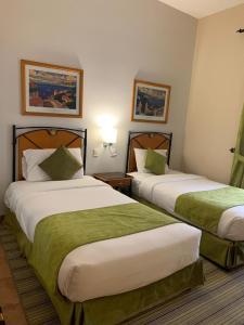 سرير أو أسرّة في غرفة في مينا منتجع هوليداي بيتش شاطيء نصف القمر