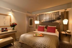 A bed or beds in a room at Hotel La Lanterne