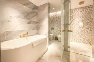 A bathroom at Maison Privee - FIVE Palm Residences