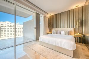 A bed or beds in a room at Maison Privee - FIVE Palm Residences