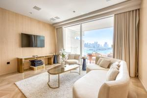 A seating area at Maison Privee - FIVE Palm Residences