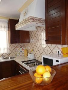 Una cocina o zona de cocina en Apartamentos Os Descobrimentos