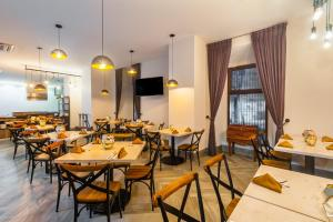 A restaurant or other place to eat at Hotel Real Maestranza