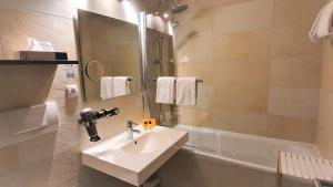 Ein Badezimmer in der Unterkunft Maxhotel