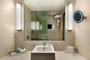 Hilton Sydney tesisinde bir banyo