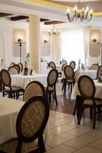 A restaurant or other place to eat at Hotel - Restauracja Koral