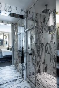 Um banheiro em La Clef Champs-Élysées Paris by The Crest Collection